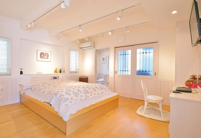 タツミハウジング【収納力、自然素材、屋上バルコニー】洋室(寝室)は、天井・壁とも珪藻土で仕上げ、LDKと趣きを一変。居室もさまざまな雰囲気を体感できるよう、この洋室のほか、和室、レトロモダンのフリースペース を用意