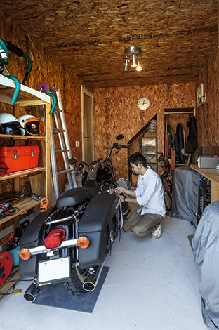 タツミハウジング【自然素材、屋上バルコニー、ガレージ】ハーレーも自転車も余裕で置けるインナーガレージ。小物の収納スペースもたっぷり。玄関ホールと直結して便利に使えそう