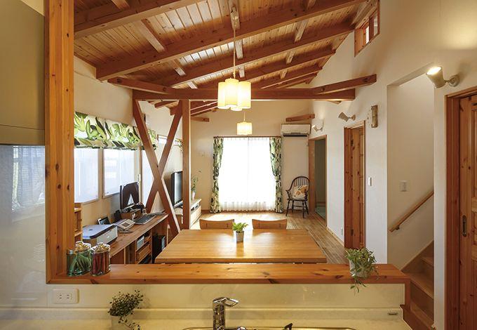 タツミハウジング【自然素材、屋上バルコニー、ガレージ】オーシャンビューを満喫できる2階リビング。子どもがどの友達を連れて来たのかわかるように個室はキッチンのすぐ横に
