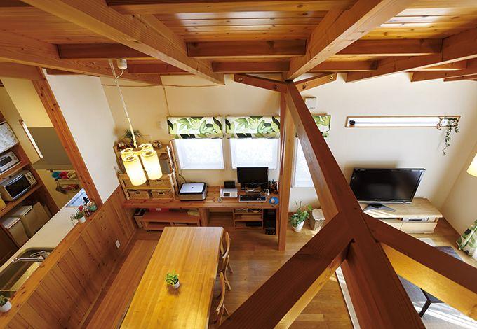 タツミハウジング【自然素材、屋上バルコニー、ガレージ】ペントハウスの小窓から2 階LDKをのぞむ。匠の技が冴える木組みの質感も『タツミハウジング』ならでは