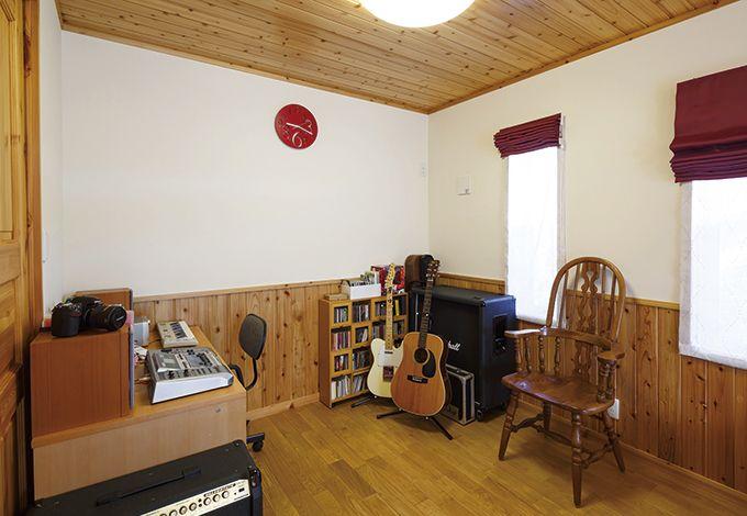 タツミハウジング【自然素材、屋上バルコニー、ガレージ】主寝室の一角に設けたご主人の趣味スペース。将来的に間仕切りして、長男の部屋にすることもできそう