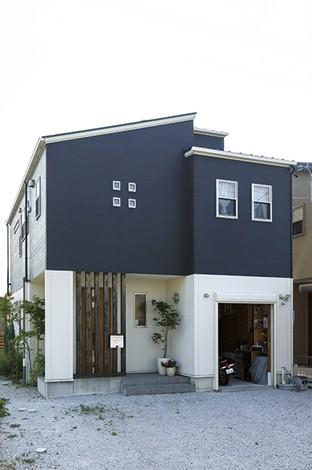 タツミハウジング【自然素材、屋上バルコニー、ガレージ】飽きのこない、シンプルモダンなデザインが素敵な外観。4つの小窓はキッチンのバックヤードにあたる