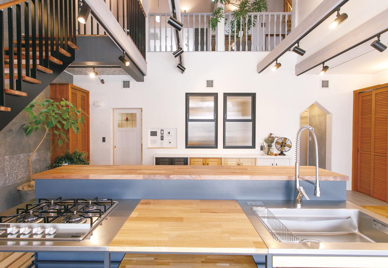 タツミハウジング【豊川市伊奈町前山19-12・モデルハウス】ショールームに足を踏み入れるとまず最初に目に入る景色。収納、クロス、照明など1つ1つのアイテムが家づくりの参考に