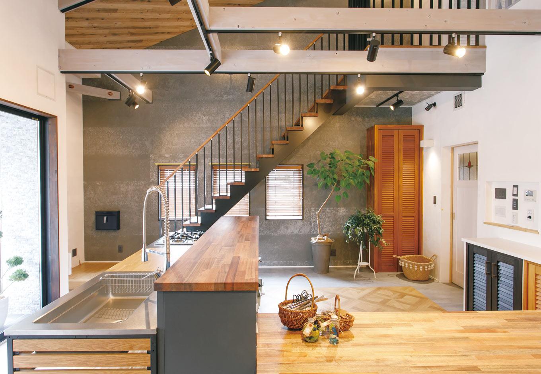 タツミハウジング【豊川市伊奈町前山19-12・モデルハウス】ショールーム内には、家づくりの夢が膨らむ楽しいスペースをさまざまに展示。無垢の素材の活かし方やイマドキのオシャレな空間コーディネートが参考になる。キッズコーナー付きの打ち合わせスペースやセミナー・イベント用のホール、サンプルコーナーなどもあり、見応えもたっぷり