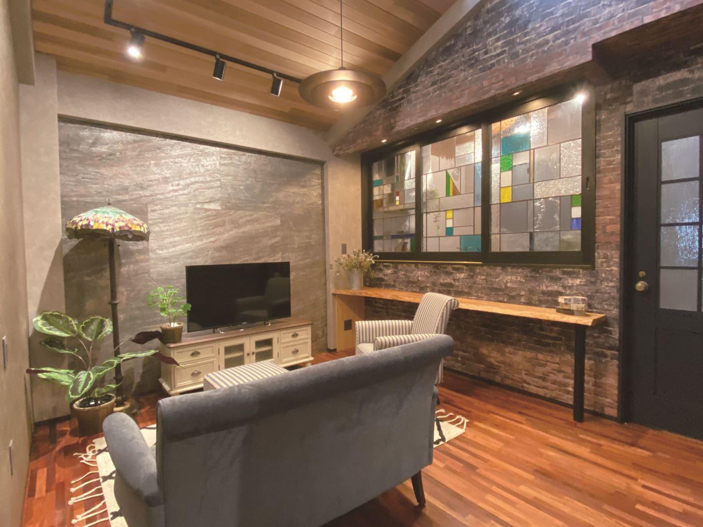 タツミハウジング【豊川市伊奈町前山19-12・モデルハウス】リビングの間仕切りと、照明器具のステンドグラスがアクセントに