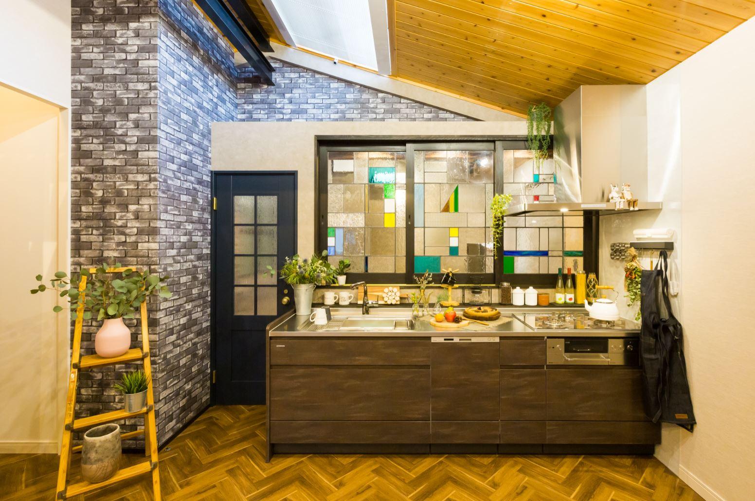 タツミハウジング【豊川市伊奈町前山19-12・モデルハウス】リニューアルして新設したキッチンスペース。ステンドグラスの造作窓が個性的。洗練されたインテリア空間に圧倒される