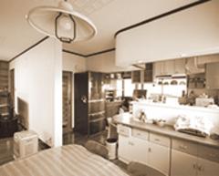 改修前のキッチン。増築もし、使いやすくなった。