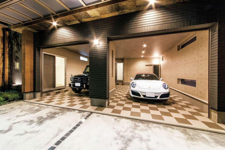 irohaco (アヴァンス)【二世帯住宅、ガレージ、デザイン住宅】2台の愛車を収納するガレージ。セキュリティ強化のため、シャッターを機動性とコストを考慮して2枚設置。ガレージから直接、家の中に入れるのも便利