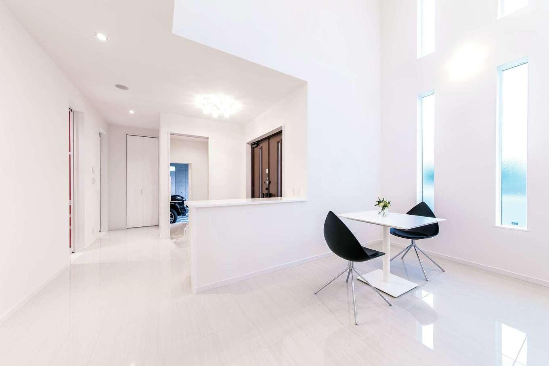 irohaco (アヴァンス)【二世帯住宅、ガレージ、デザイン住宅】玄関ホールを応接間として使用。スピーカーが埋め込まれており、心地よい音楽とともにゲストを迎えられる