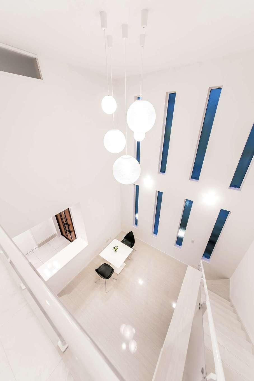 irohaco (アヴァンス)【二世帯住宅、ガレージ、デザイン住宅】2×6 工法での施工で、高さ6mある吹き抜けを実現した。床材のタイルが艶やかで美しい