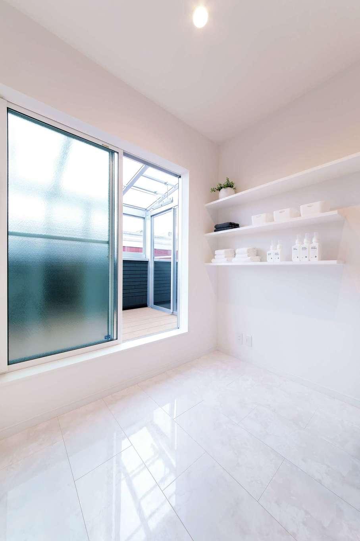 irohaco (アヴァンス)【二世帯住宅、ガレージ、デザイン住宅】1階にも2階にもサンルームがあり、いずれも洗面室から直接洗濯物を干せる動線を確保した