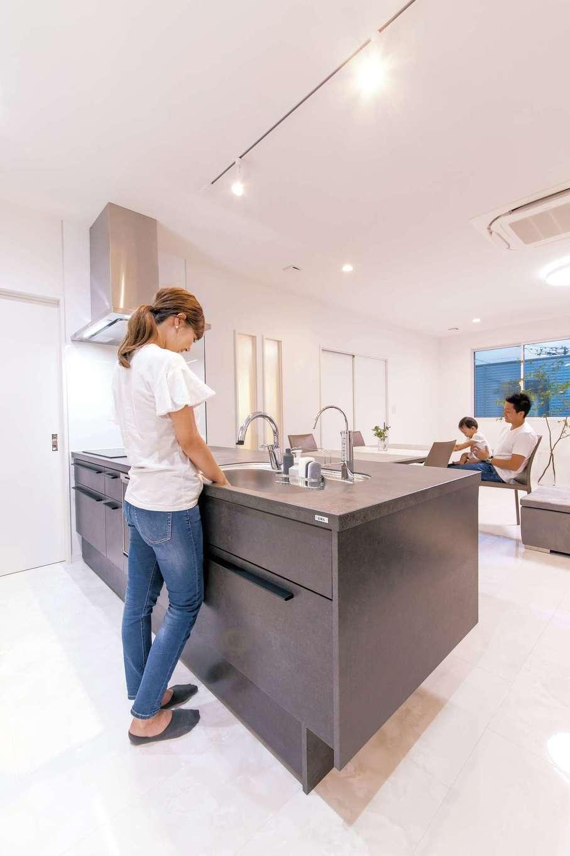 irohaco (アヴァンス)【二世帯住宅、ガレージ、デザイン住宅】2階のキッチンはLIXILのリシェル。インテリア性の高いセラミックトップを選んだ