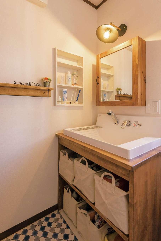 『irohaco』オリジナルの造作の洗面台がナチュラルでかわいい。こだわって選んだ照明がアクセント