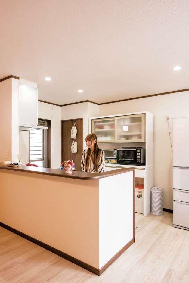 キッチンの背面に、カップボードと奥行きの浅い収納を設置。どこに何があるかひと目でわかり、使いやすい