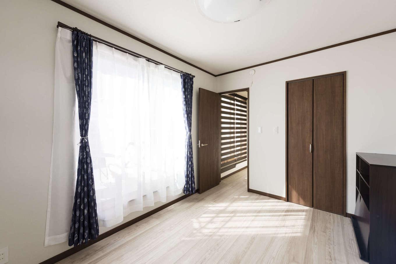2階に設けられた寝室には、バルコニーから明るい光が差し込む