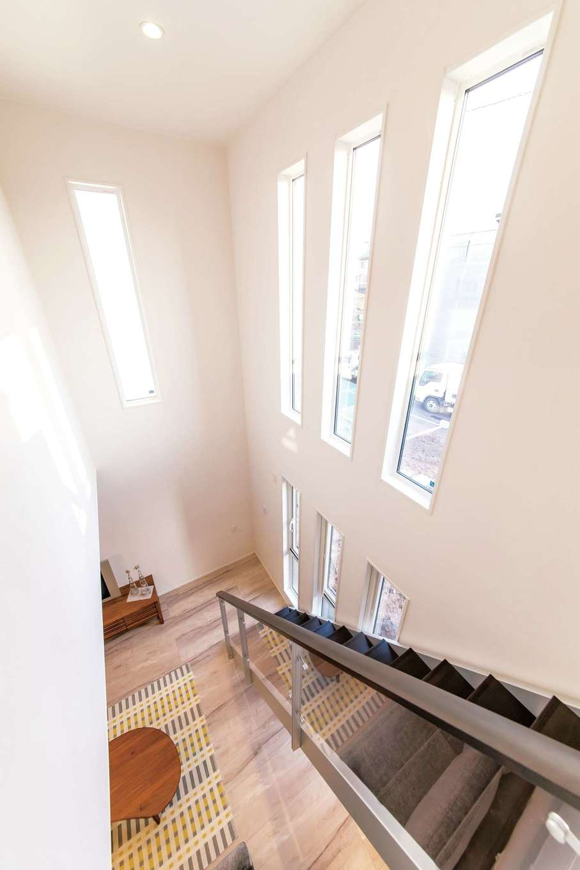 開放感あふれる吹抜けの階段ホール。熱伝導率の低い断熱樹脂サッシを標準仕様とし、結露のない快適空間を実現