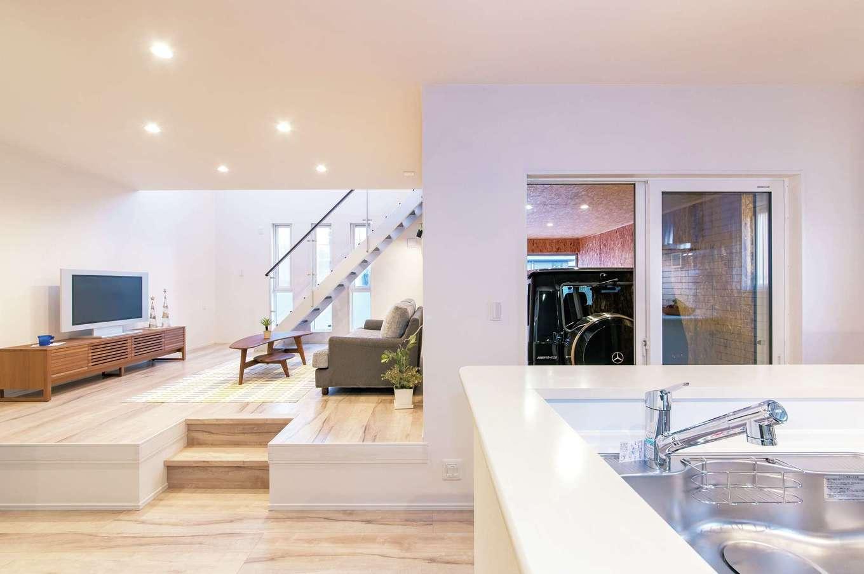 人がどこにいても見渡せる位置にキッチンを配置。リビングをスキップさせて空間に変化をつけた。ガレージから室内に直接アクセスできるので便利