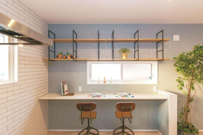 造作の木製カウンターは、PCや読書を楽しんだり、おうちカフェでくつろいだり、ユーティリティとしても使いやすい。見せる収納もおしゃれ