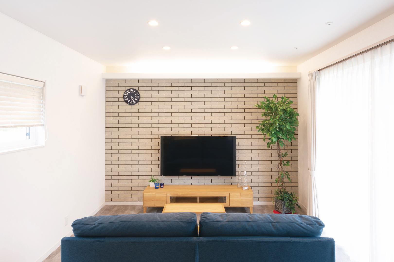 irohaco (アヴァンス)【1000万円台、間取り、インテリア】テレビの背面はタイル貼り。インテリアは『田中家具』がコーディネート