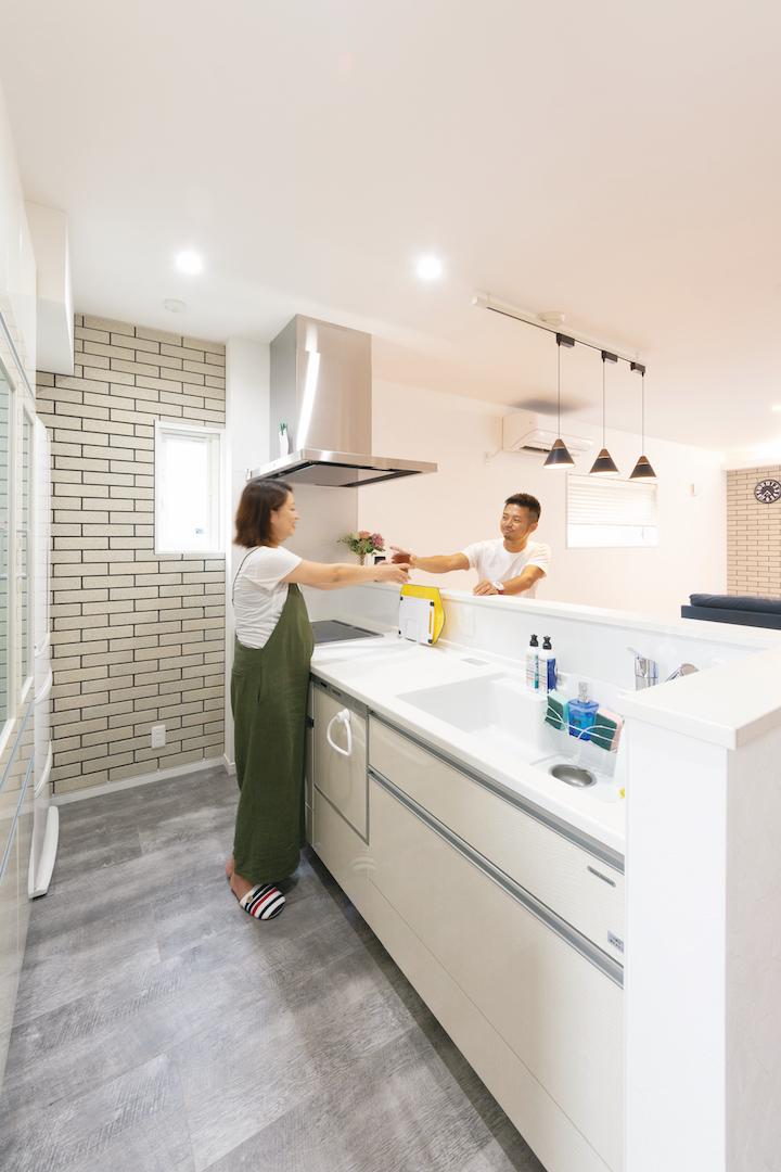 irohaco (アヴァンス)【1000万円台、間取り、インテリア】友達が多く集まるY邸。料理中の手元が見えないよう、あえて高さのあるカウンターを造作