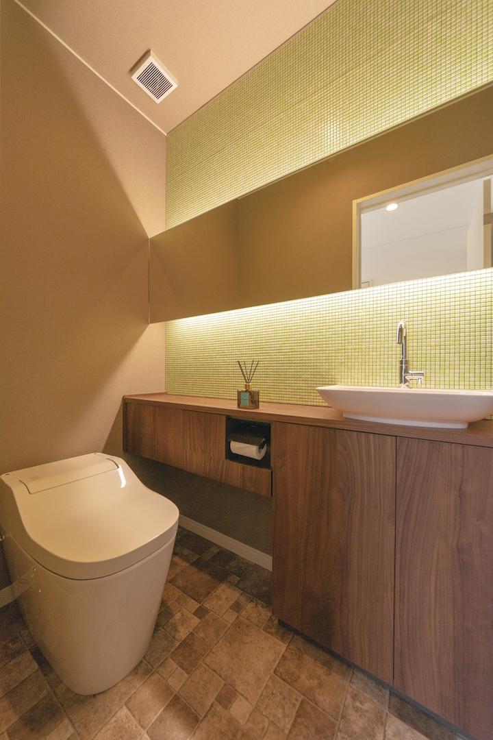 irohaco (アヴァンス)【1000万円台、間取り、インテリア】トイレはタンクレスをチョイス。鏡の後ろにある間接照明が、モザイクタイルを照らし出す