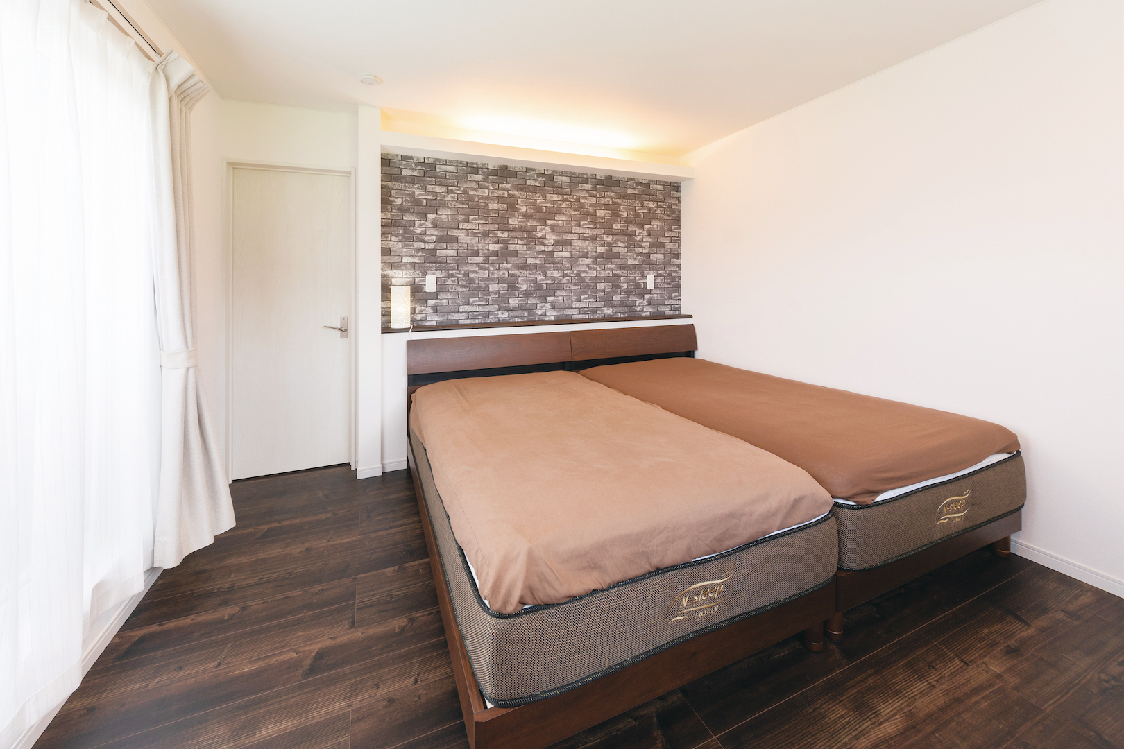 irohaco (アヴァンス)【1000万円台、間取り、インテリア】枕元には照明のスイッチをそれぞれに配置。どちらかが寝ていても起こすことなくON/OFFができる