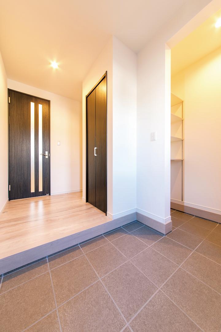 irohaco (アヴァンス)【1000万円台、デザイン住宅、省エネ】広めにとった玄関には、たっぷりと靴を収納できるシューズクロークも