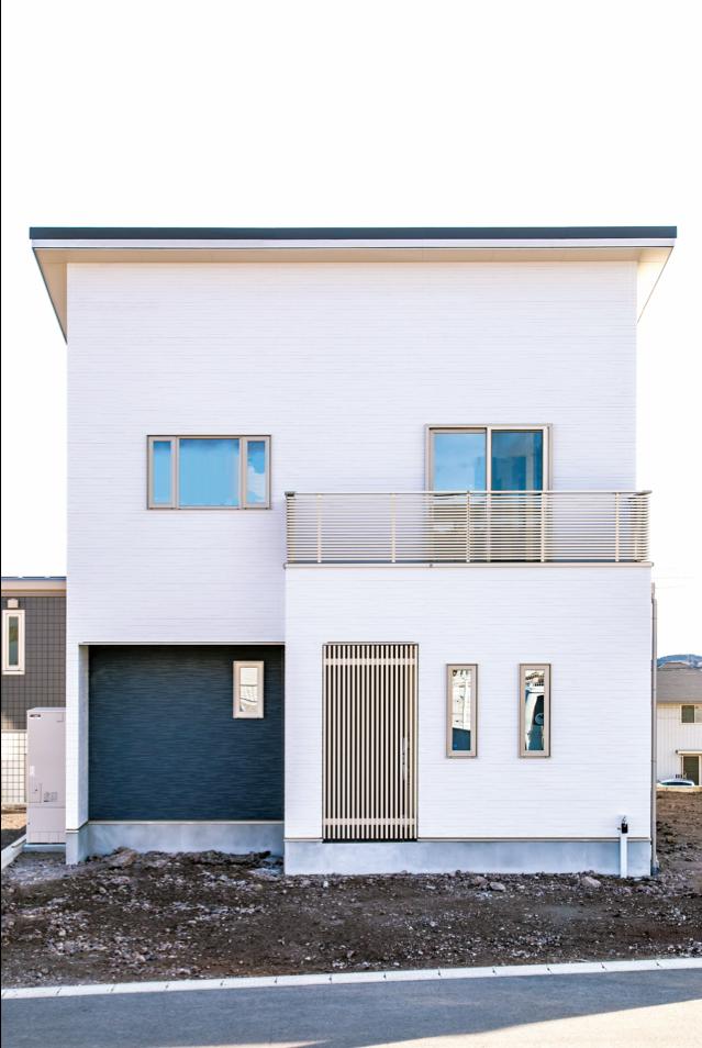 irohaco (アヴァンス)【1000万円台、デザイン住宅、省エネ】外観はシンプルモダンなツートンカラー。使用しているサイディングは「KMEW」の光セラ。自浄作用があり、30年メンテナンス不要なのでランニングコストを大幅に抑えられる