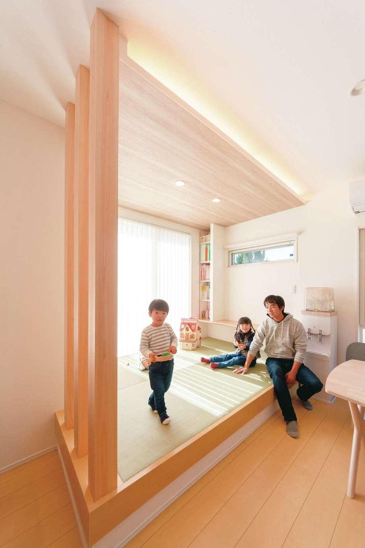 小上がりの畳コーナー。洗濯物をたたんだり、子どもが熱を出した時に寝かせたり、ユーティリティに使えて便利。木目の天井と間接照明が奥さまのこだわり
