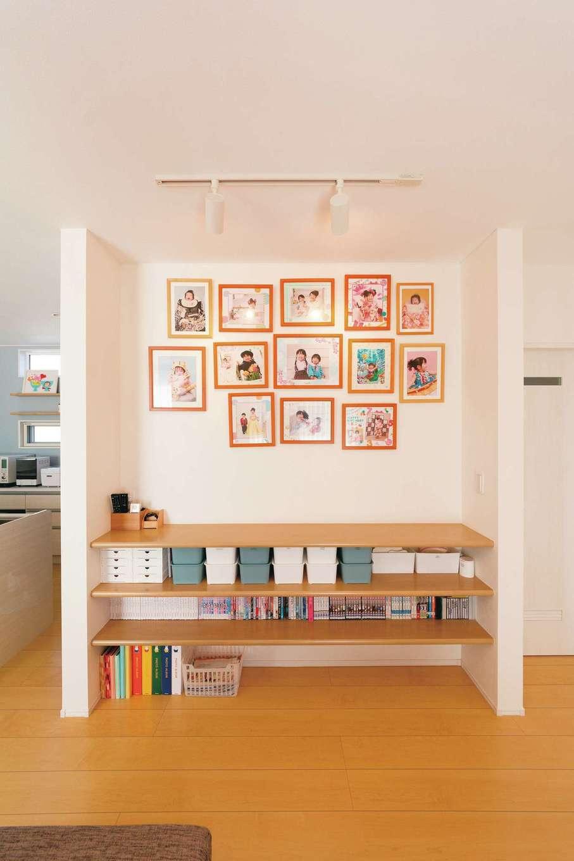 リビングの一角に設えたホームギャラリー。CDやDVDの大きさに合わせて収納棚を造作