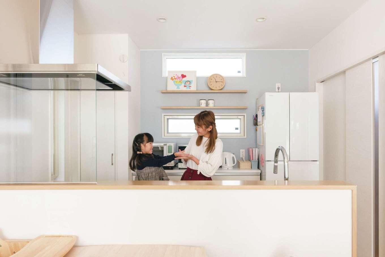 キッチンカウンターの高さに合わせて油撥ねのガードをオーダーで造るなど、奥さまの使い勝手に合わせて細やかな提案をしてくれるのも『irohaco』らしさ