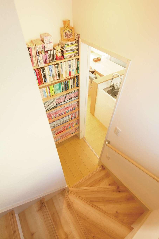 キッチンの横、階段下のデッドスペースを有効利用した図書コーナー