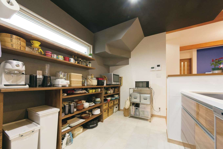 階段下のスペースを有効活用しており、収納力抜群。キッチンが広いと、夫婦2人で楽々と料理を楽しめるそう。成長した娘さんと3人で立つのも楽しみとSさん夫婦