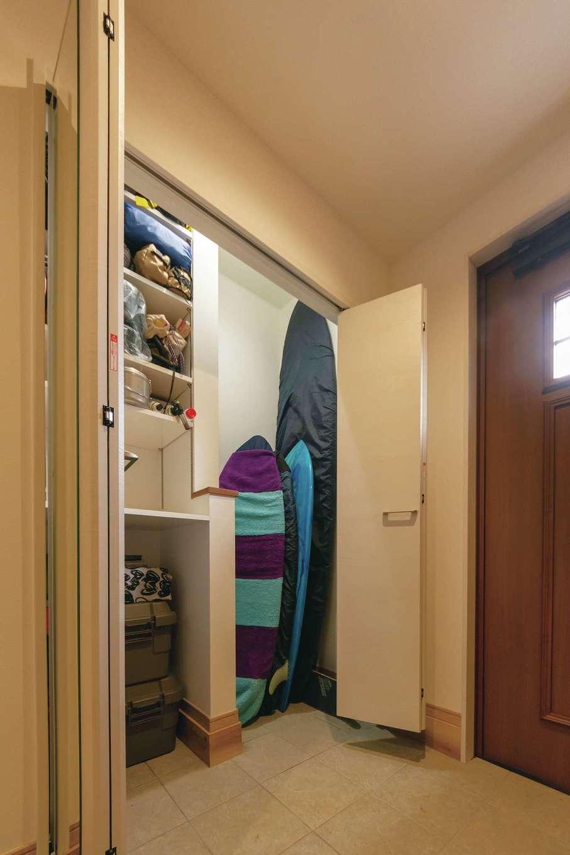 サーフボードやアウトドアギアをしまえるよう、玄関に土間収納を設えた。高さや棚の大きさは、収納するものを元に決めているため、きちんと収まり、片付けもラク