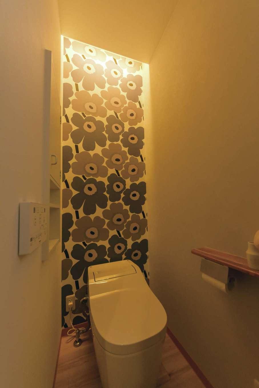 北欧のインテリアや雑貨が好きな奥さま。トイレのアクセントには「マリメッコ」のクロスを選び、キュートな雰囲気に仕上げた