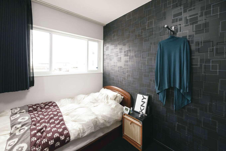 リビングやご主人の書斎と同じデザインクロスを採用した奥さまのプライベートルーム。壁のおしゃれなハンガーがアクセントに