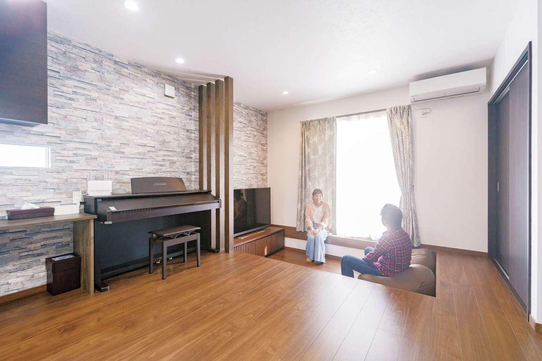 irohaco (アヴァンス)【子育て、間取り、1000万円台】LDKは16畳。床を部分的に下げたら、空間が縦に広がり、実際の面積よりも広く感じられる。ピアノのサイズに合わせて造作のカウンターを設置した