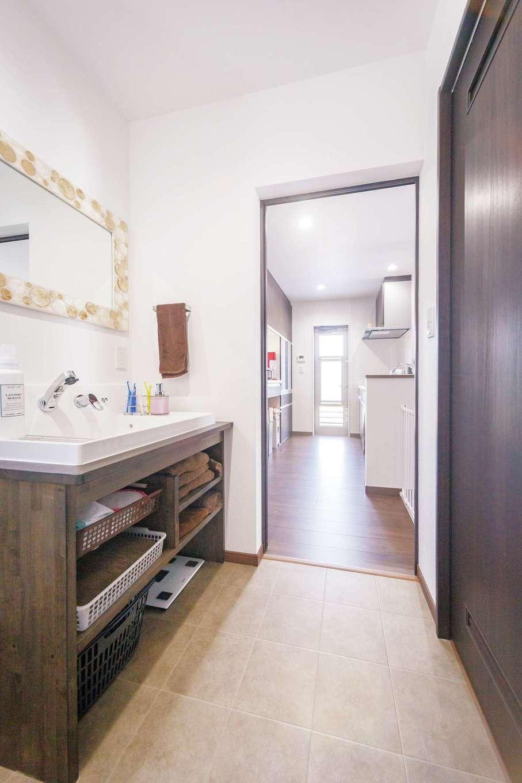 irohaco (アヴァンス)【子育て、間取り、1000万円台】洗面台の下部分は造作。キッチン、バスルーム、ダイニングと回遊する動線が便利