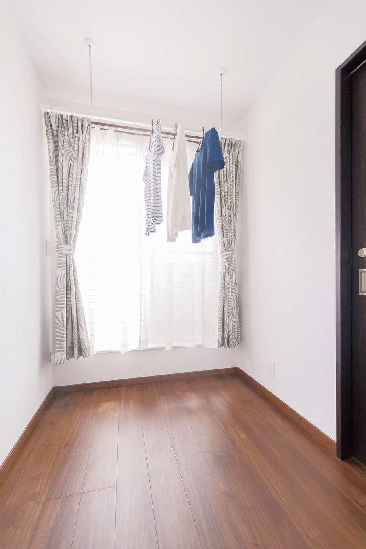 irohaco (アヴァンス)【子育て、間取り、1000万円台】2階テラスの前の空間には、洗濯物を干せるようになっている。急な雨のときにも落ち着いて洗濯物を取り込めて機能的