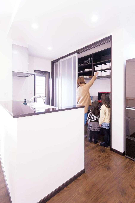 irohaco (アヴァンス)【子育て、収納力、間取り】キッチンの背面収納は人が中に入れるほどの広さ。半透明の建具で仕切ればいつでもすっきり