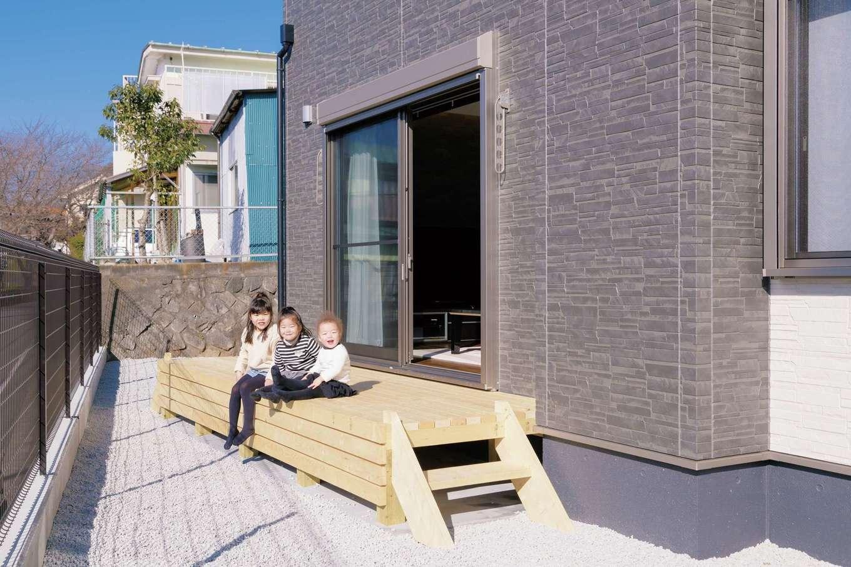 irohaco (アヴァンス)【子育て、収納力、間取り】リビングとつながり、フェンスで守られたウッドデッキは安心安全な子どもたちの外遊び場
