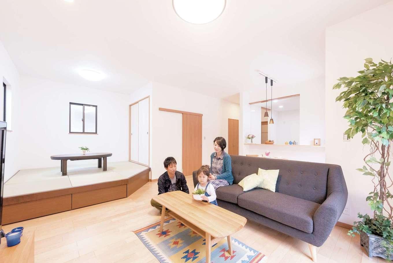 irohaco (アヴァンス)【収納力、間取り、1000万円台】およそ24畳ある広々としたLDK。キッチンからはリビングを見渡せるのが奥さまには安心。畳コーナーを一段高くしたのがMさんのこだわり