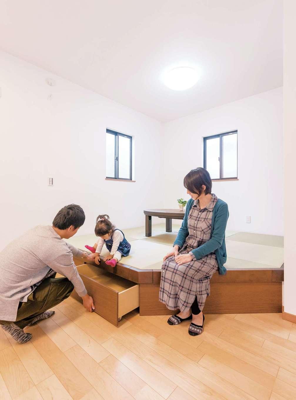 家族の様子を眺めながら、ごろんと横になる至福のひとときを楽しめる小上がりの畳コーナー。下部に引き出し式の収納と、壁側に押入れがあり、収納力抜群だ