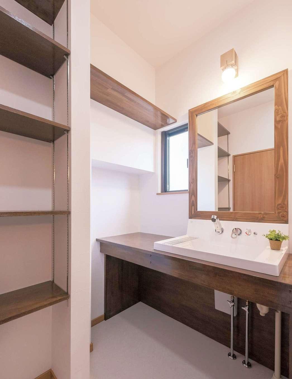 既製の洗面台にはない、手作り感のある洗面台がいい。奥さまがイメージしていたものをカタチにすべく『irohaco』が造作。ナチュラルな雰囲気に仕上がっている