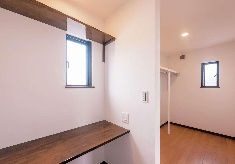 irohaco (アヴァンス)【収納力、間取り、1000万円台】主寝室のウォークインクローゼットの奥にあったのは、なんと書斎! 秘密基地のような空間が落ち着く