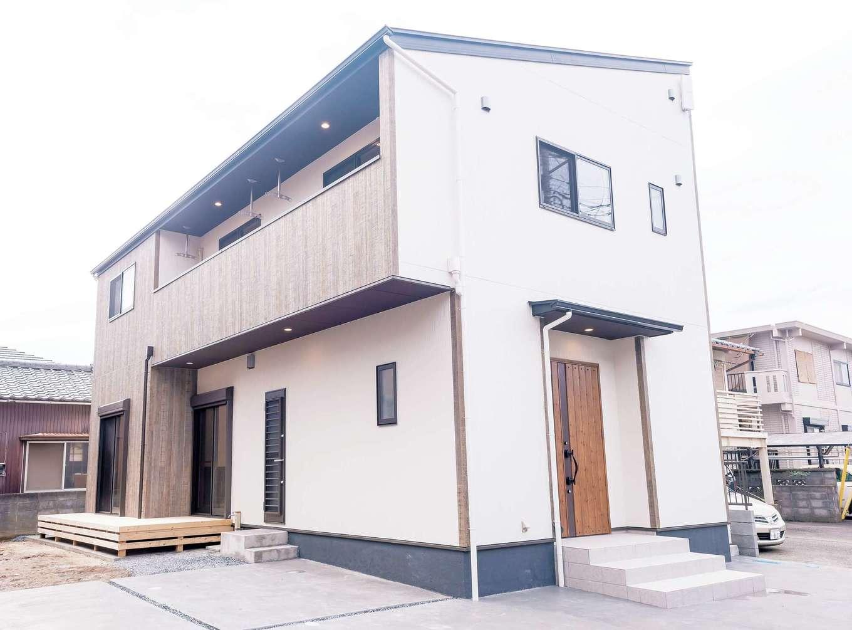 irohaco (アヴァンス)【収納力、間取り、1000万円台】木目のドアが印象的。シンプルながらMさんの個性を感じさせる外観だ