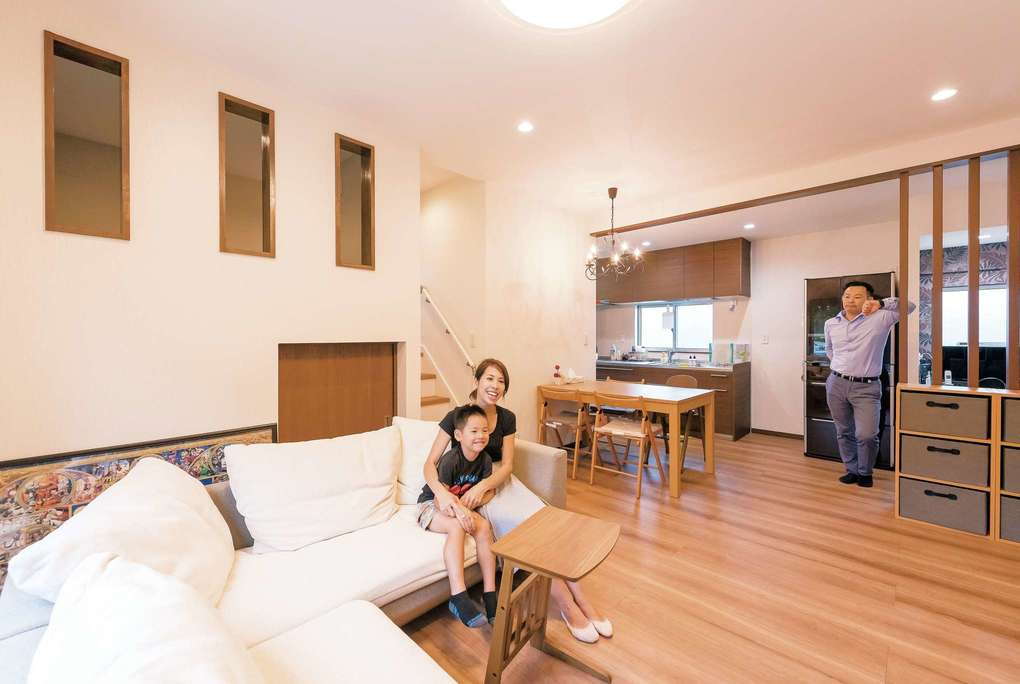 玄関の土間収納や、子どものおもちゃをしまえる小部屋を作ったのでリビングは広々。和室や小さなデスクスペースなど、ゆとりのスペースも