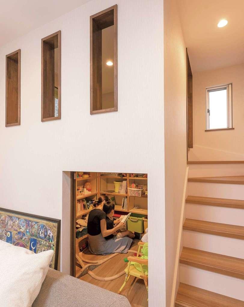 子どものおもちゃをしまうスペースを用意。その上を和室として活用するため小さな階段を設置した。キッチンからおもちゃの小部屋へ通り抜けられる秘密の廊下も