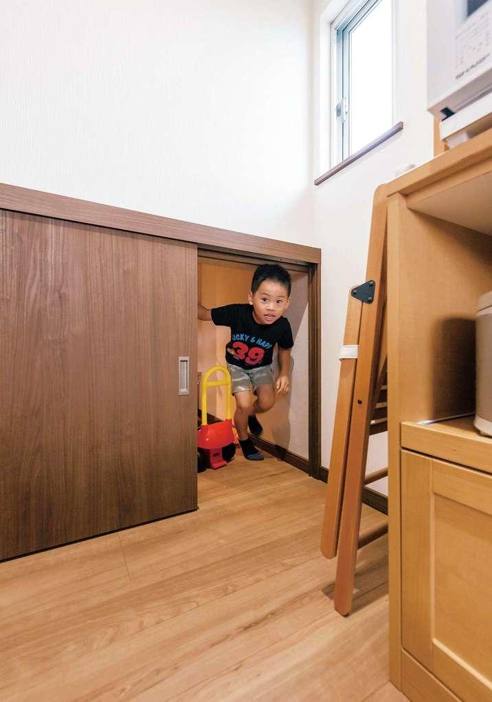 おもちゃの部屋からキッチンへ回遊できる廊下は、子ども達の格好の遊び場