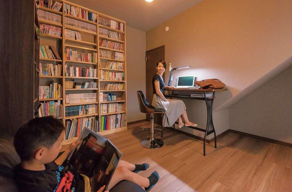 書斎は奥さまが仕事や読書に集中する場所。造作の書棚を横から見るとナナメになっており、サイズの異なる本をたっぷり収納できるようになっている